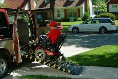 Læsserampe - Sliske til at komme med kørestol ind i bil