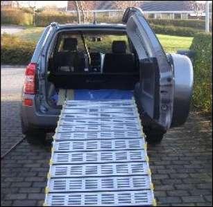 Kørestolsrampe sat op i en bil