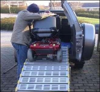 Kørestolsrampe til at få kørestol op i en bil