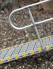 Her ses rampe med gelænder afsluttet rørbøjle ender.